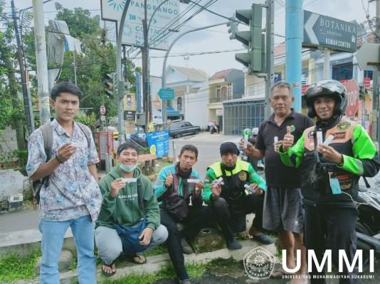 Mahasiswa Prodi S1 Keperawatan UMMI Berbagi Ratusan Handsanitizer dan Masker Gratis